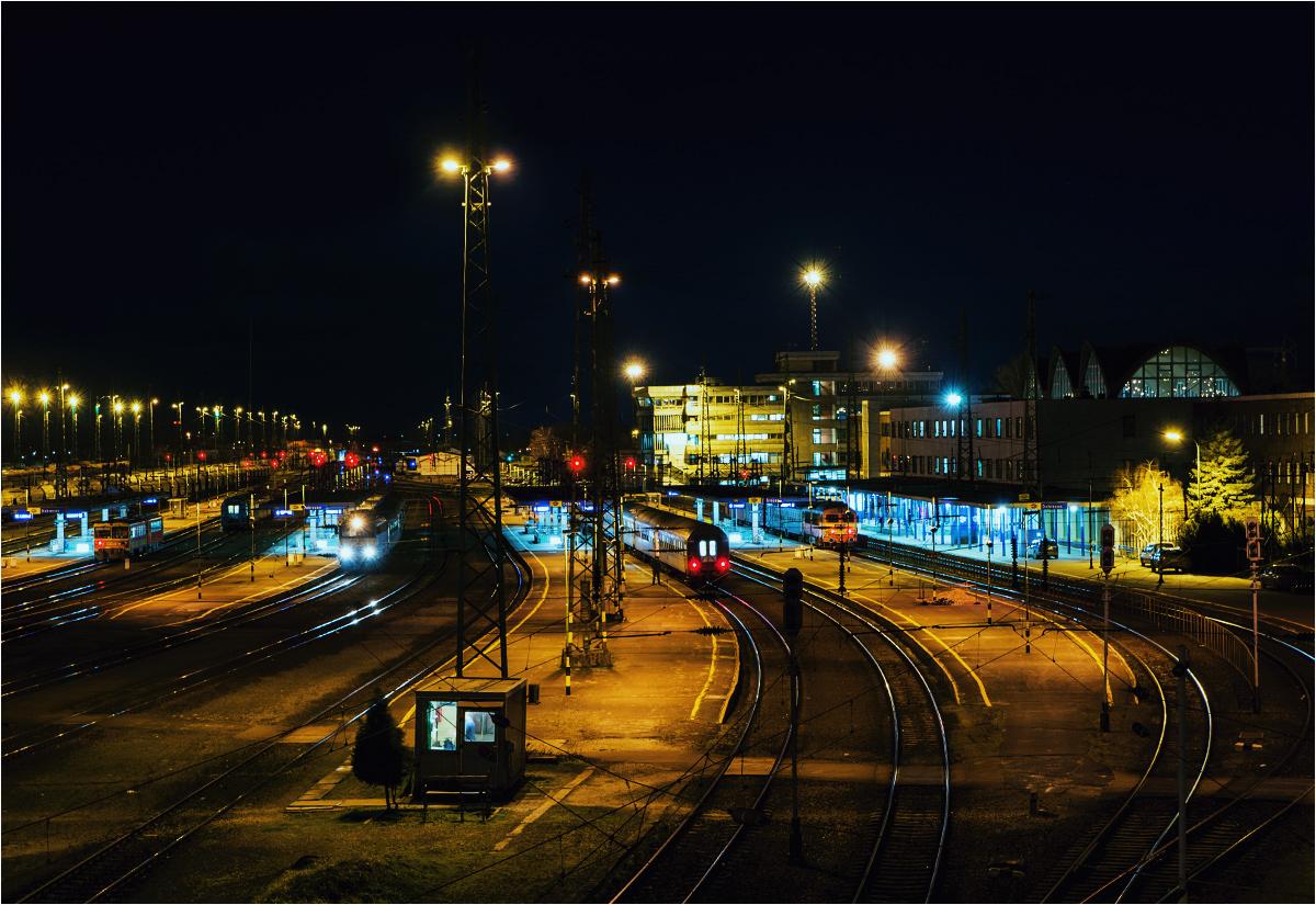 Dworzec w Debreczynie po zmroku