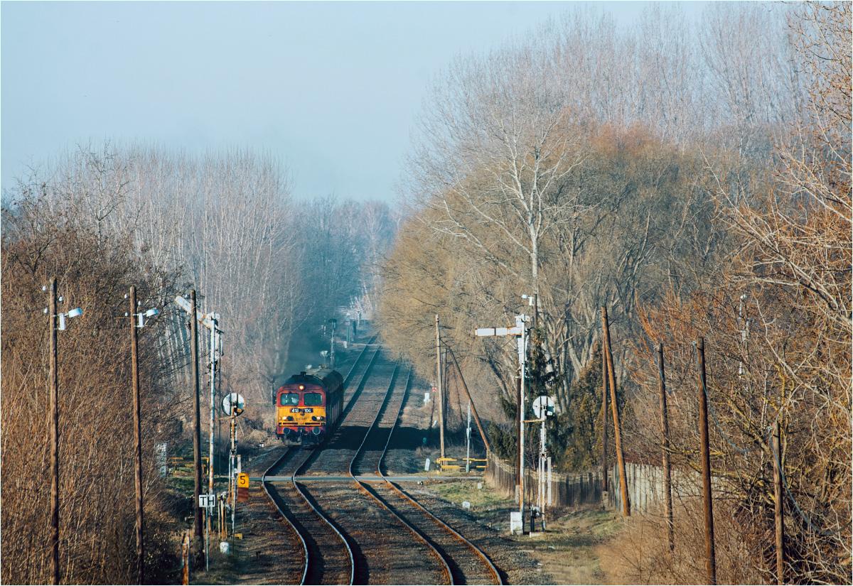 Pociąg osobowy relacji Debreczyn-Fehérgyarmat dojeżdża do miasteczka Nyírbátor