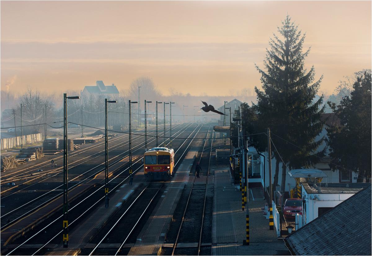 Wczesny poranek w Nyírbátor. Motorak relacji Mátészalka-Nyíregyháza rusza w trasę. Dojazd do oddalonej o 38 km stacji docelowej zajmie mu godzinę i osiemnaście minut. W tym czasie pociąg ani razu nie przekroczy prędkości 30 km/h