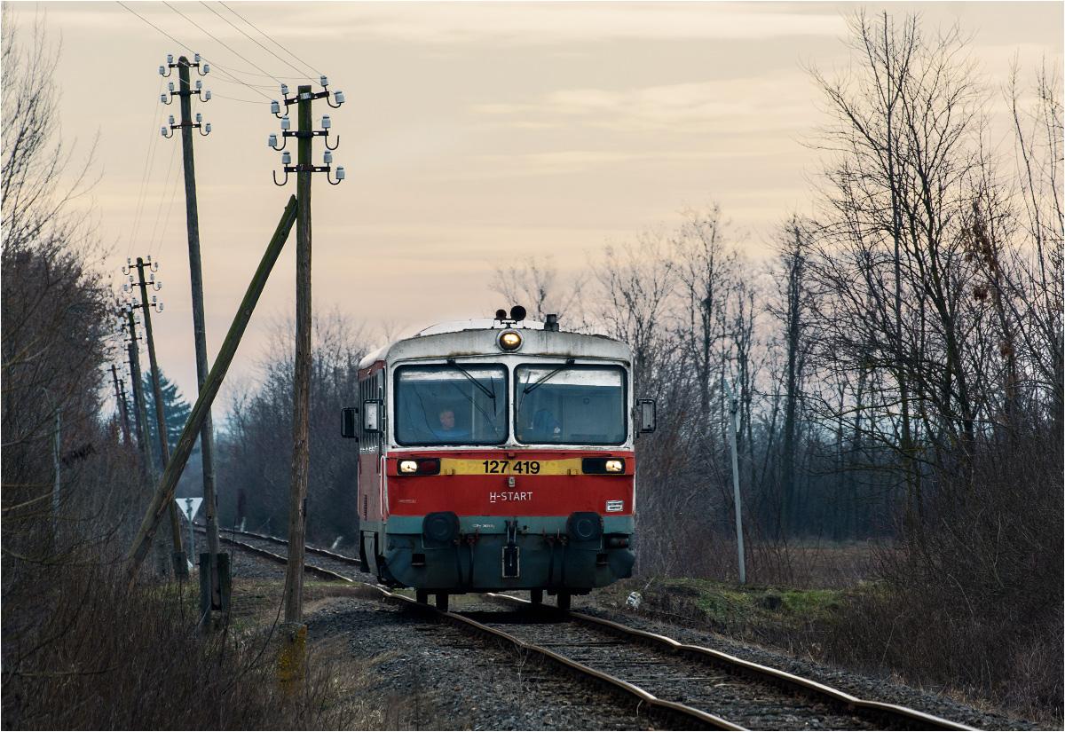 Pociąg osobowy do Fehérgyarmat dojeżdża do przystanku Rozsály