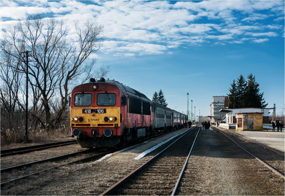 Widok z drugiej strony na skład z/do Debreczyna. Zasada działania pociągu push-pull polega na tym, że z jednej strony składu znajduje się lokomotywa, a z drugiej - wagon sterowniczy. Dzięki takiemu rozwiązaniu pociągu nie trzeba odpowiednio ustawiać przed wyruszeniem w drogę. Maszynista prowadzi skład z kabiny lokomotywy lub z wagonu sterowniczego, a lokomotywa - siła napędowa - ciągnie lub pcha skład. Takie rozwiązania spotyka się często w nowoczesnej kolei, ale w świecie lokalnych spalinowych pociągów to ewenement