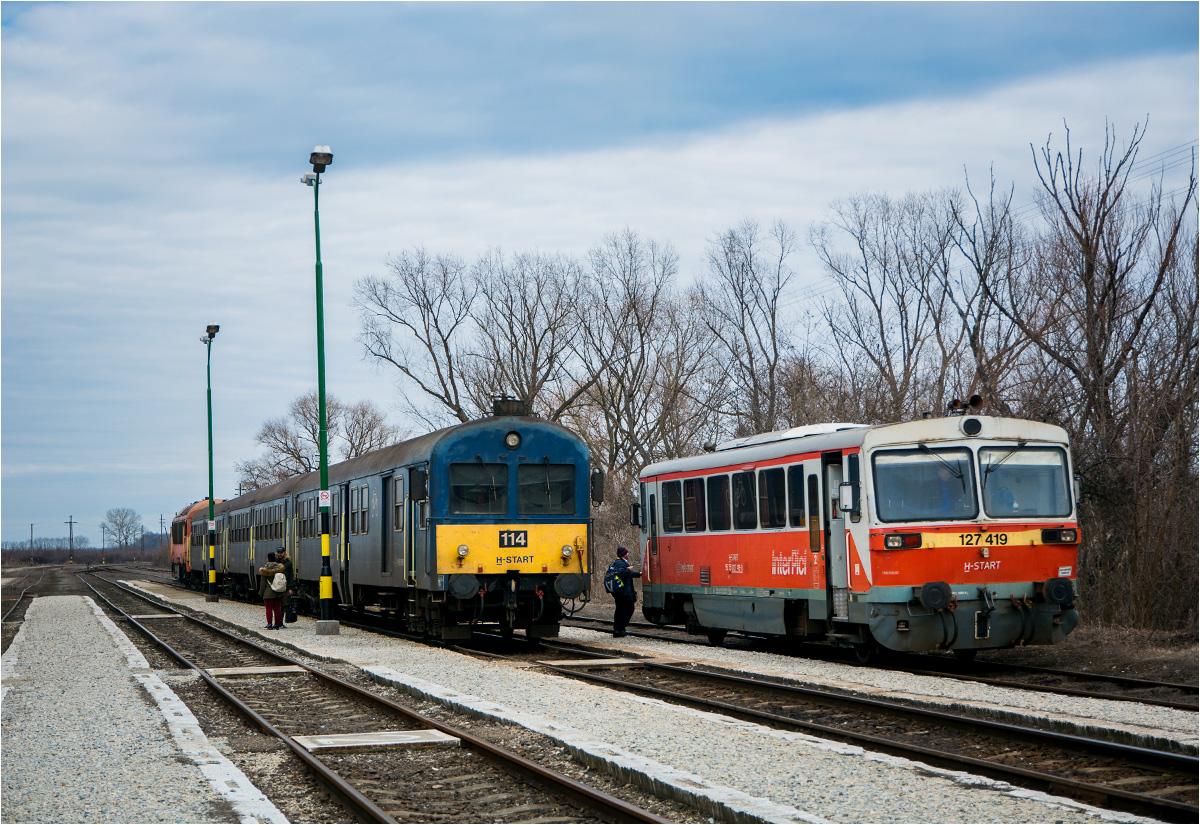 Na stacji w Fehérgyarmat koło Mátészalki. Wagon motorowy za chwilę pojedzie do Zajty, a widoczny po lewej kanciasty pociąg push-pull odjedzie do Debreczyna