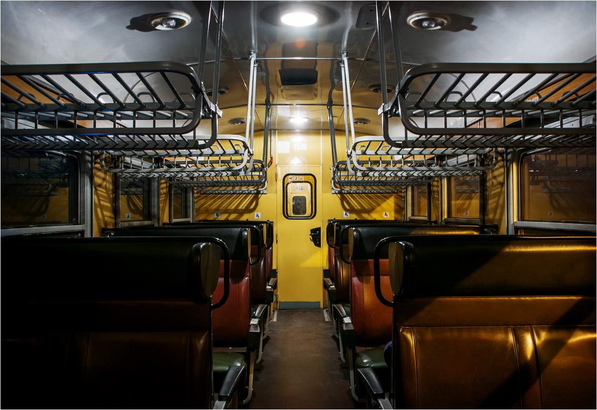 Pusty wagon przemierza noc na węgierskich nizinach