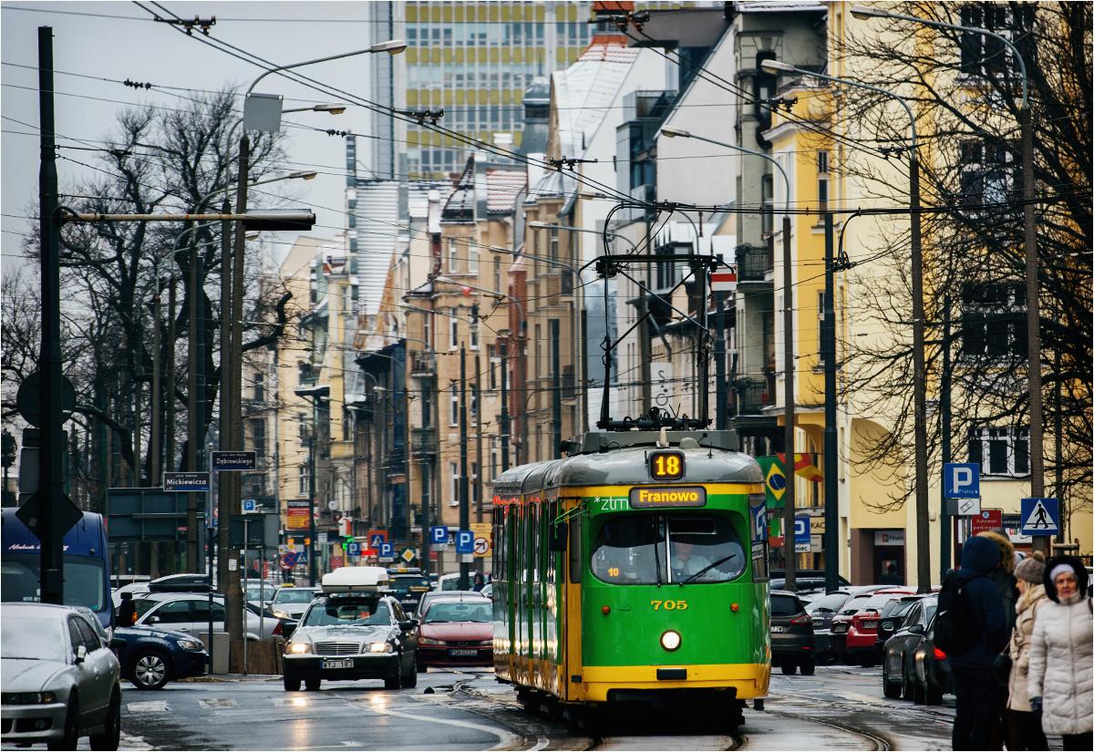 Tramwaj linii 18 mija kawiarnię Brisman. Jedną z większych zalet Jeżyc jest bliskość centrum oraz doskonałe skomunikowanie z resztą miasta (na obrzeżach dzielnicy znajdują się główne przystanki przesiadkowe w Poznaniu)