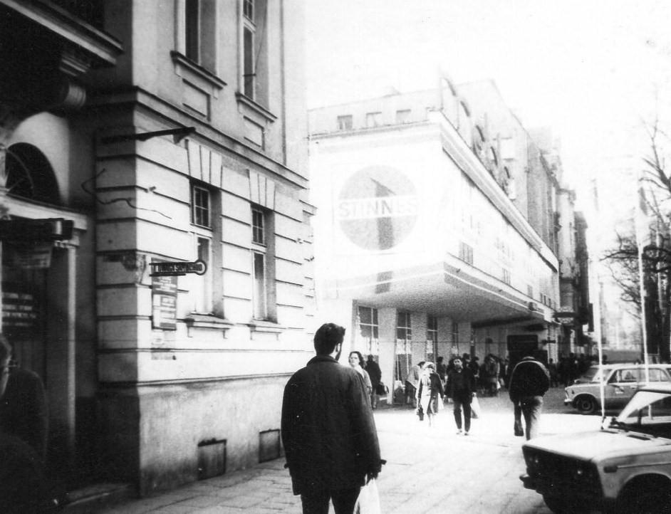 Ulica Dąbrowskiego w 1990 roku. Widoczny na zdjęciu pawilon zachował swoją funkcję handlową - obecnie mieści się w nim drogeria Rossmann i kilka innych sklepów. W przeciwieństwie do wielu innych dzielnic, tu gwar chodników nie ucichł. Fot. MOs810, licencja CC BY-SA 4.0