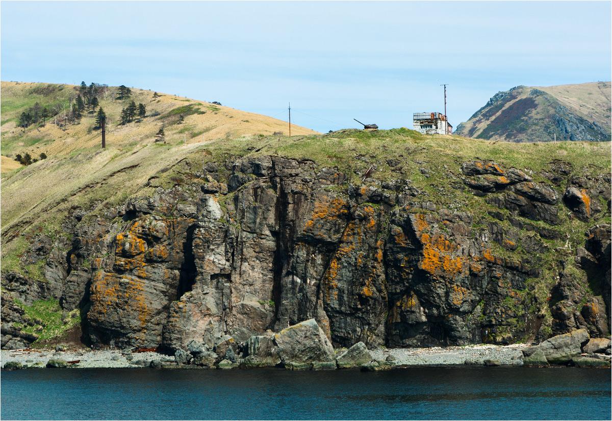 Brzegu wyspy Szykotan bronią stare, zardzewiałe czołgi z poprzedniej epoki