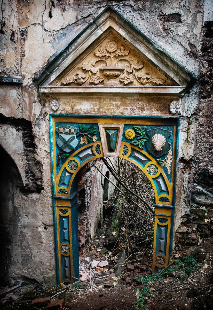 Zabytkowy portal to jeden z ostatnich detali, jaki zachował się w zdewastowanym zamku