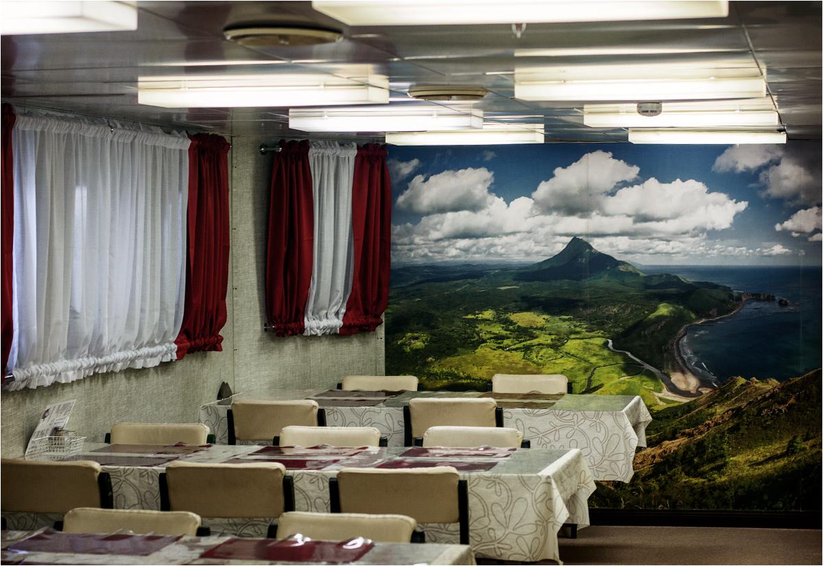 Ściany kantyny okrętowej ozdabiają widoki Wysp Kurylskich
