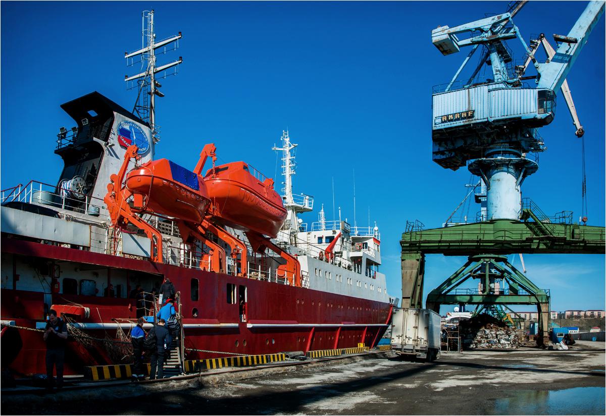 Początek podróży. Statek Igor Farchutdinow w porcie miasta Korsakow na wyspie Sachalin
