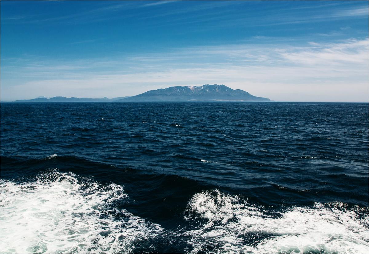 I bliższy widok Kuryli. To południowe brzegi wyspy Iturup