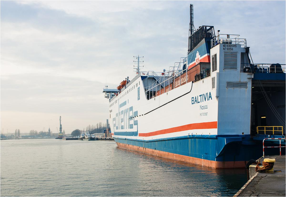 Prom towarowy Baltivia stoi przy nabrzeżu w gdańskim porcie