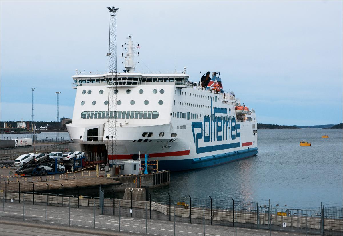Nova Star - najnowszy z promów we flocie Polferries - przy nabrzeżu w szwedzkim porcie Nynäshamn