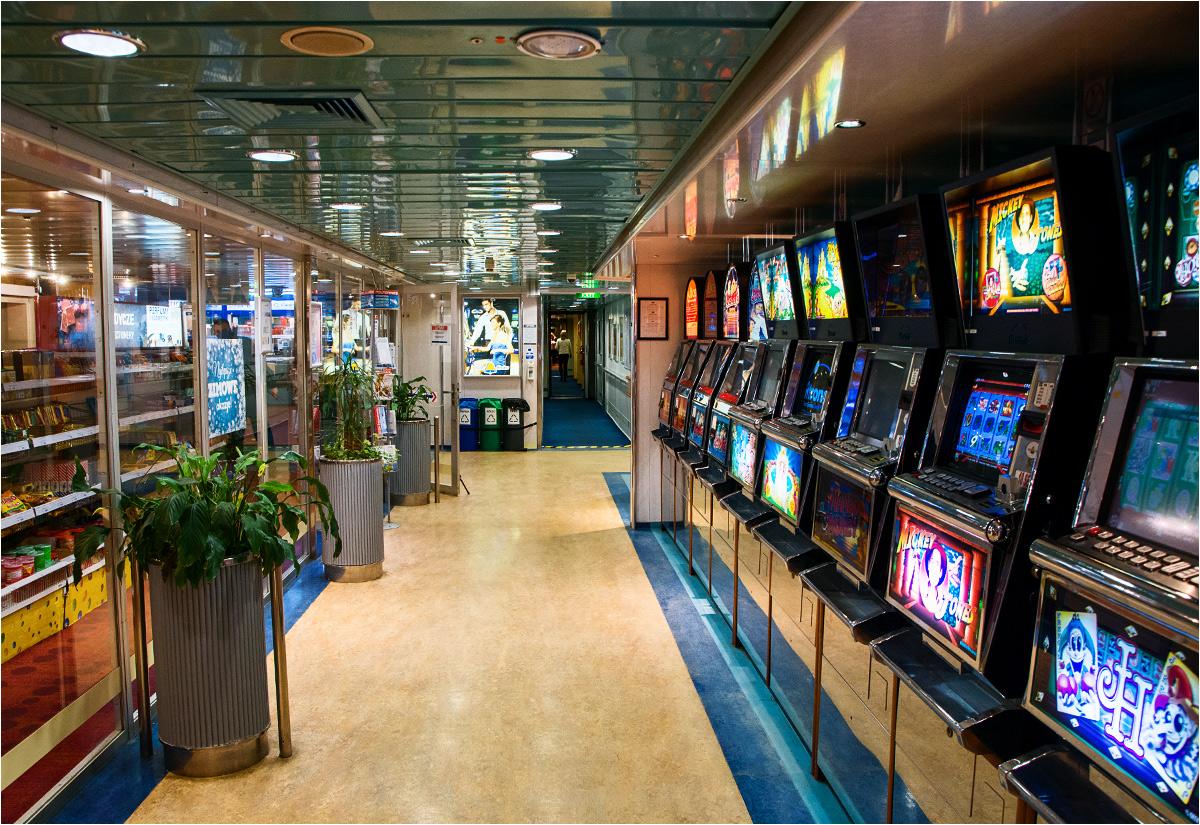 Automaty do gier zajmują główny hol statku. 20 sekund po zrobieniu tego zdjęcia dostałem po głowie za fotografowanie