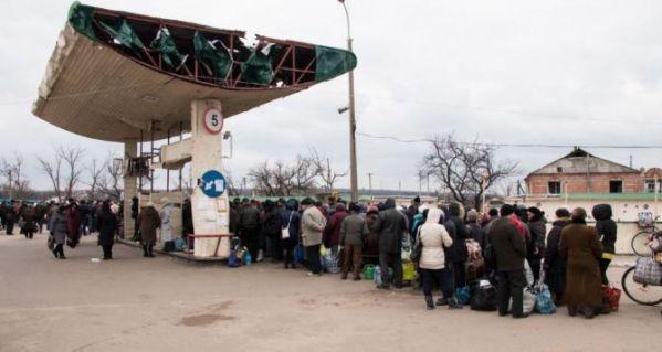 Odprawa graniczna na zrujnowanej stacji benzynowej. Fot. http://khpg.org/