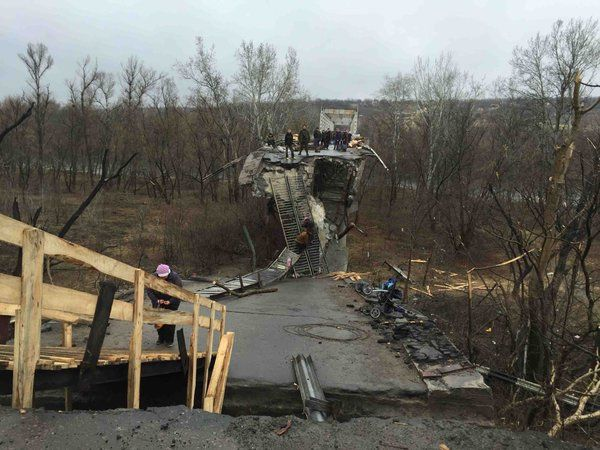 Przejście graniczne przez zbombardowany most. Fot. http://khpg.org/