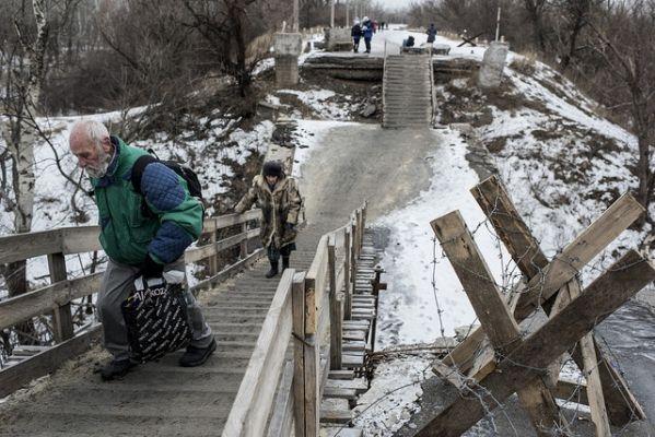 Przejście graniczne przez zrujnowany most. Fot. http://khpg.org/
