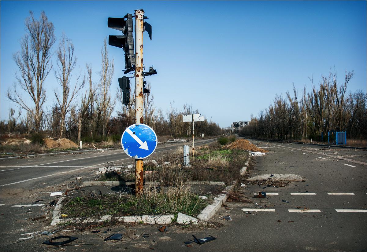 Zniszczona przez wojnę droga w Doniecku