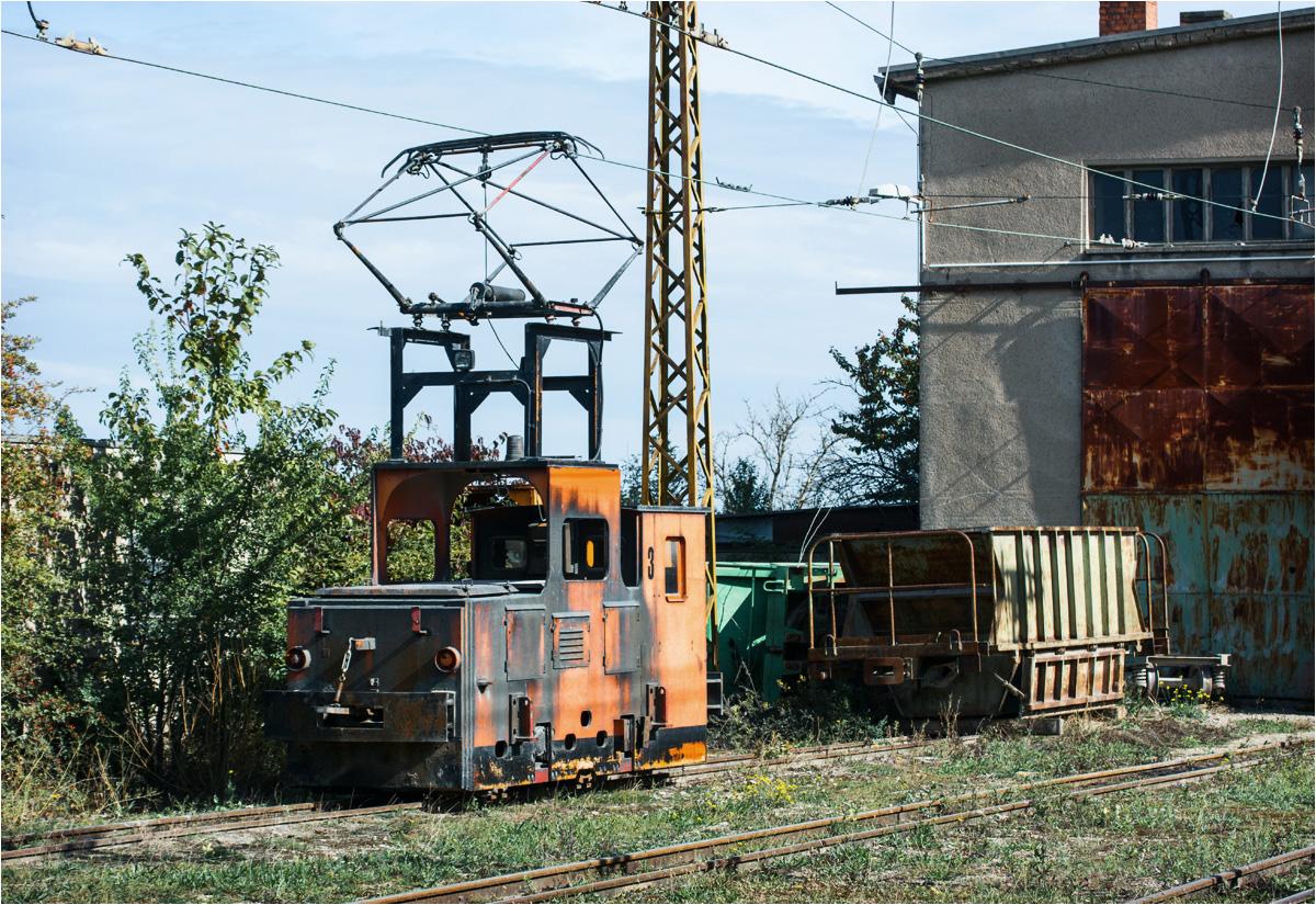 Jedna ze starych lokomotyw EL12 stoi pod budynkiem lokomotywowni