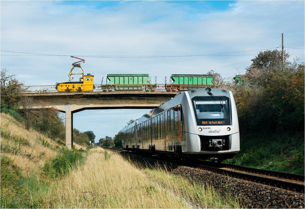 Na dole pociąg osobowy z Magdeburga, na górze skład kolei sodowej
