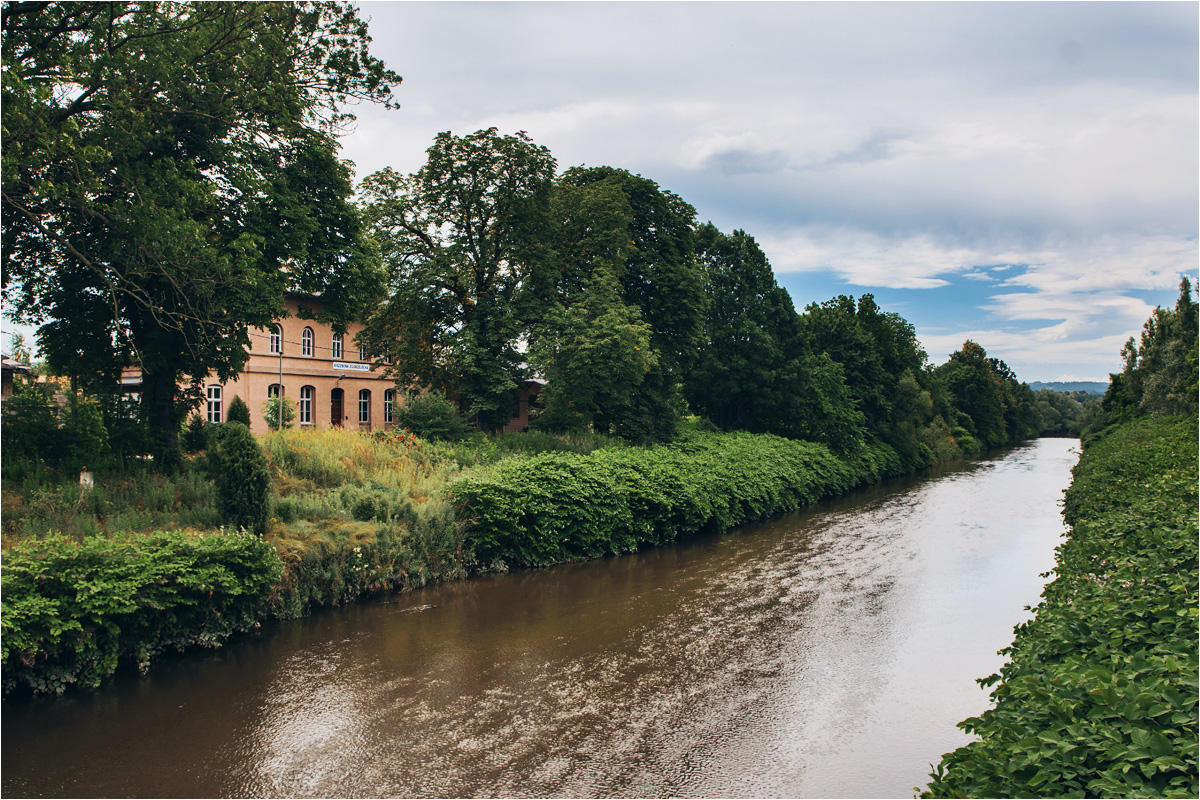 Budynek dworca Krzewina Zgorzelecka widziany z mostu nad Nysą Łużycką. Lewy brzeg to Polska, a prawy - Niemcy