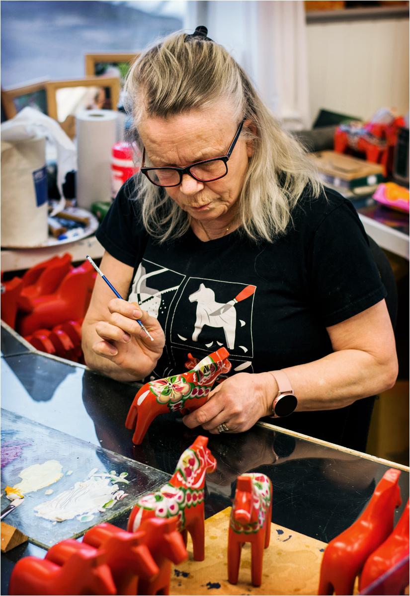 Kerstin Reuterborg przy pracy. Spod jej pędzla wychodzi nawet kilkadziesiąt gotowych koni dala dziennie