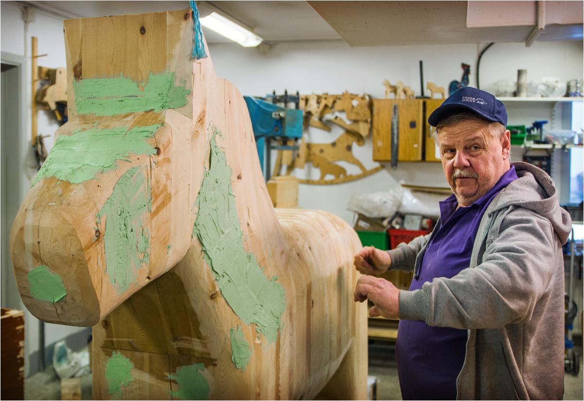 """""""Look at my horse, my horse is amazing"""". Drewniany koń wielkości rzeczywistego konia sklejony jest z kilku kawałków drewna. Szpary podlegają następnie precyzyjnemu szpachlowaniu"""