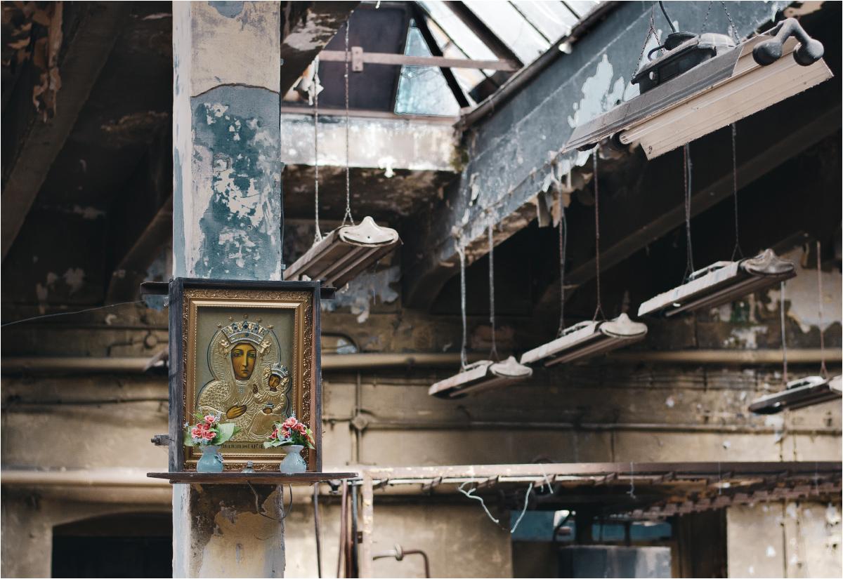 Choć linie produkcyjne ani drgną od 2009 roku, fabryczne Maryjki wciąż się tu, z szacunkiem i dbałością, odkurza
