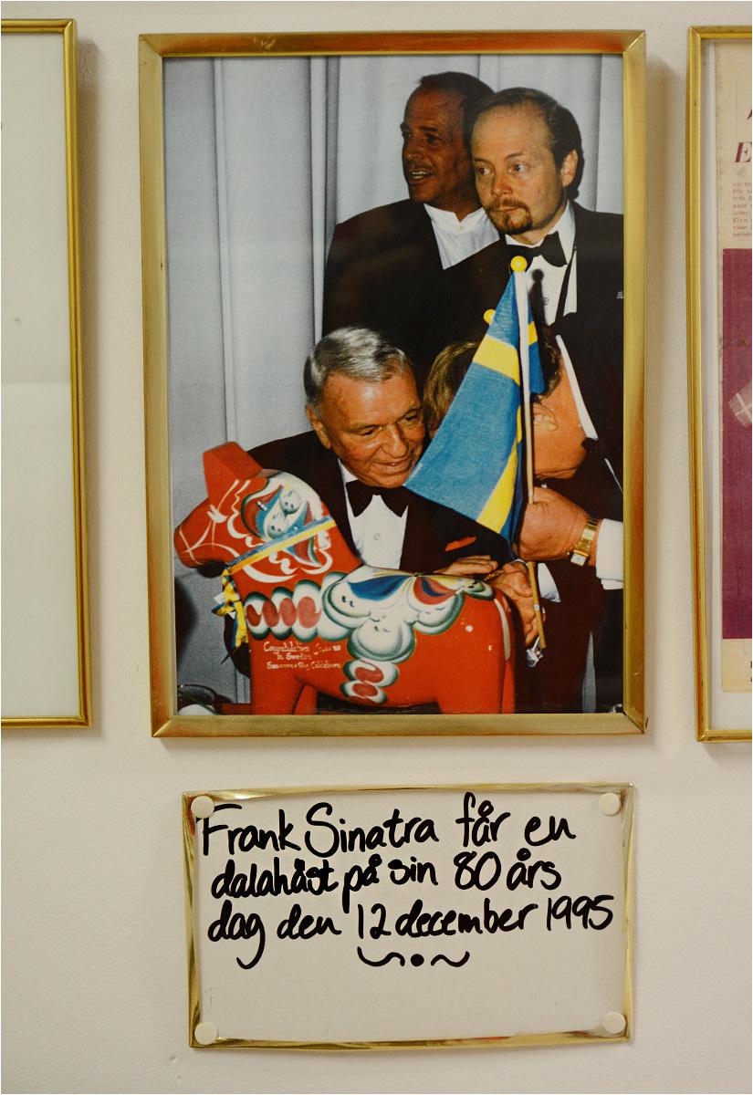 Na ścianie fabryki w Nusnäs wisi zdjęcie Franka Sinatry odbierającego swój prezent na 80. urodziny