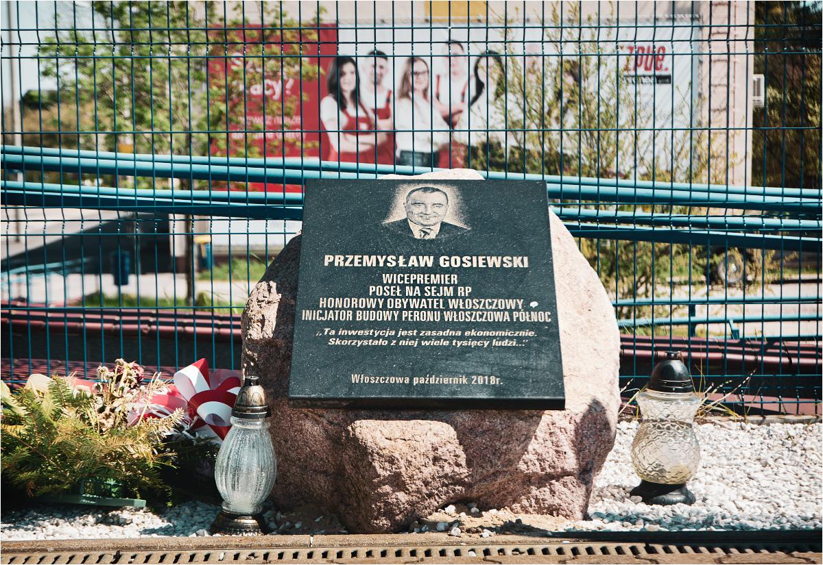 Przemysław Gosiewski zginął w Smoleńsku, a na peronie stacji Włoszczowa Północ po paru latach postawiono mu tablicę pamiątkową