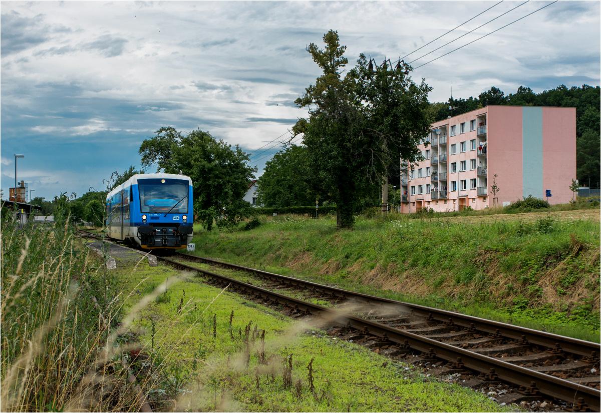 Černousy, Czechy. Szynobus Regio Spider szykuje się do odjazdu w stronę Liberca. Kilkaset metrów za peronami biegnie polsko-czeska granica
