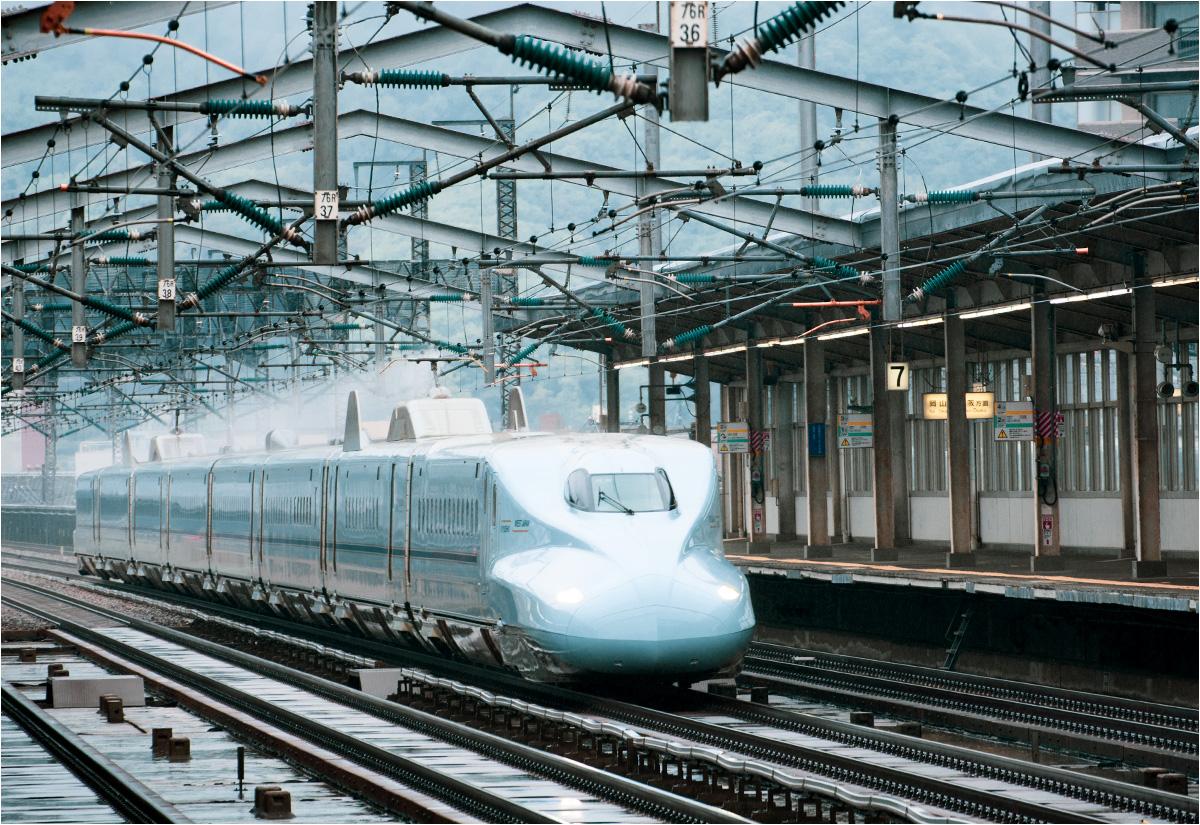 Pociąg Shinkansen z Tokio do Hiroszimy z pełną prędkością mija stację Mihara. Podobnie jak we Włoszczowie, przy widocznym na zdjęciu peronie zatrzymują się tylko niektóre szybkie składy