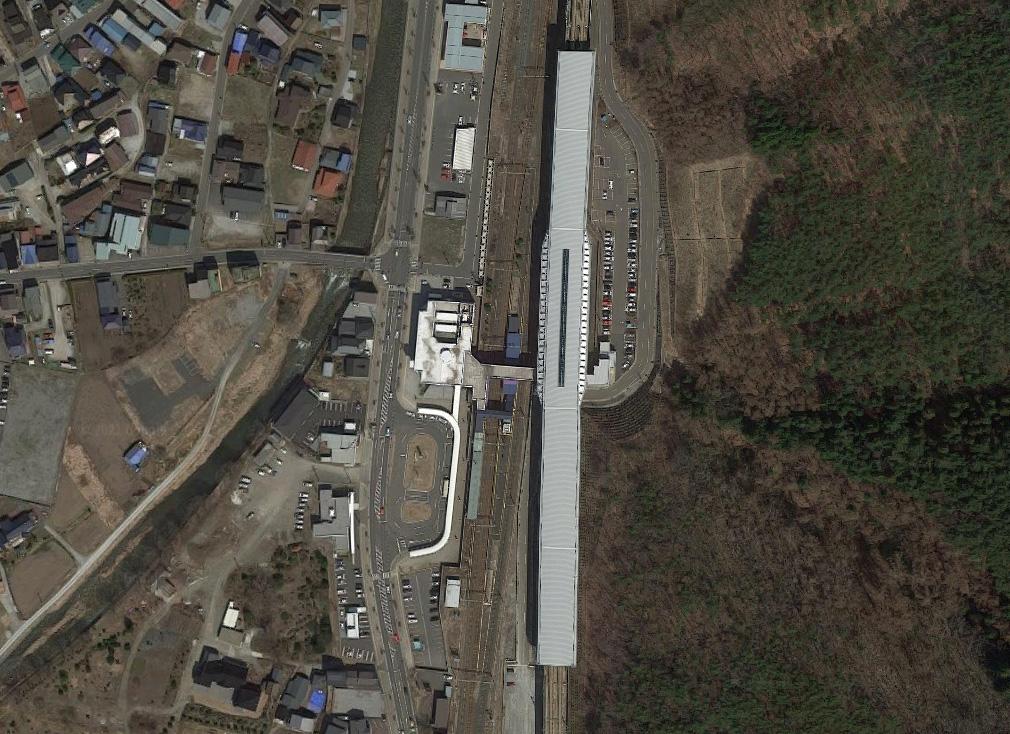 Iwatenumakai, stacja szybkich pociągów na japońskiej prowincji. Wokół - tylko las i niewielkie wioski. Widać jednak, że tuż obok znajduje się wygodnie skomunikowana stacja kolei regionalnej, dworzec autobusowy i parking. Fot. Google Maps