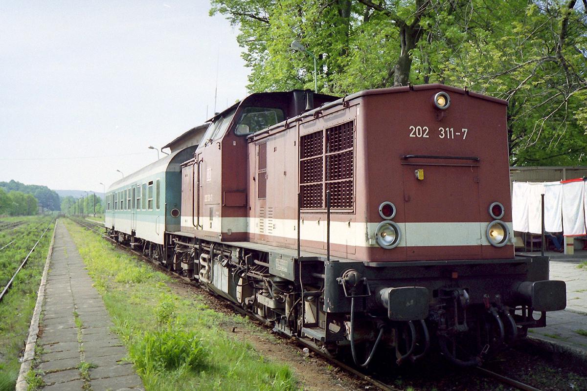 Cztery lata później w Krzewinie zatrzymywały się już tylko niemieckie składy. Autor zdjęcia, Tomasz Gieżyński, jechał widocznym pociągiem z Zittau do Cottbus, a na polskiej stacji wysiadł na chwilę, żeby zrobić zdjęcie. Awanturę, jaką zrobiła mu niemiecka konduktorka, pamięta do dziś. Data wykonania zdjęcia: 5.05.2005