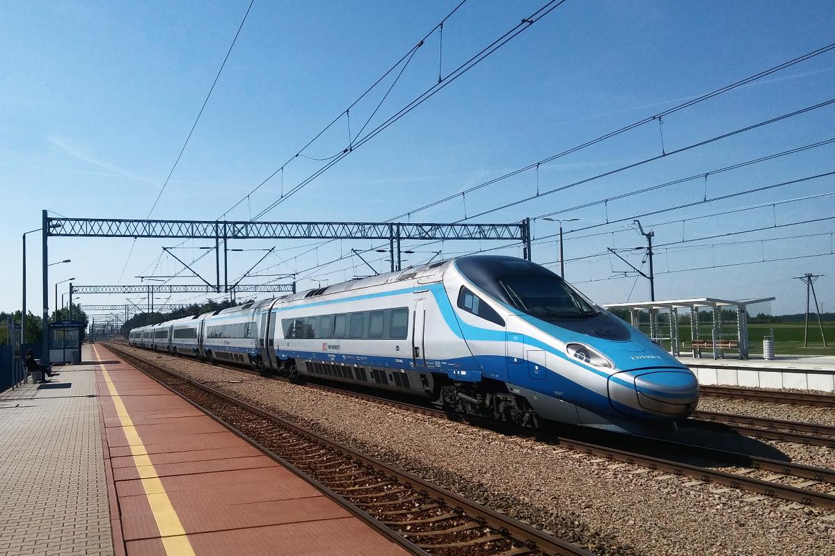 Pendolino mknie bez zatrzymania przez stację Włoszczowa Północ. Dla szybkich składów przewidziano środkowe tory - pociągi, które się tu zatrzymują, zjeżdżają na tor boczny. Fot. Megatron7667, lic. CC BY-SA 4.0