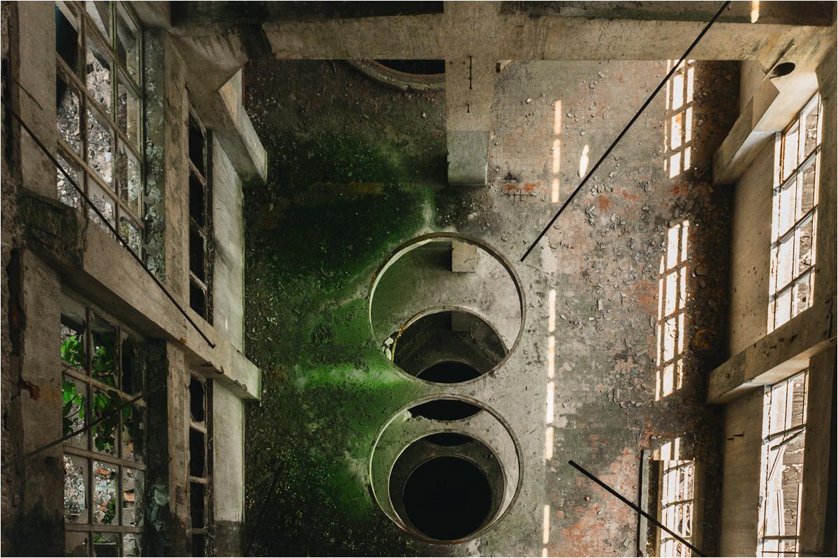 Stara papiernia stanowi dziś labirynt zarośniętego betonu, dziur, lejów i rynien
