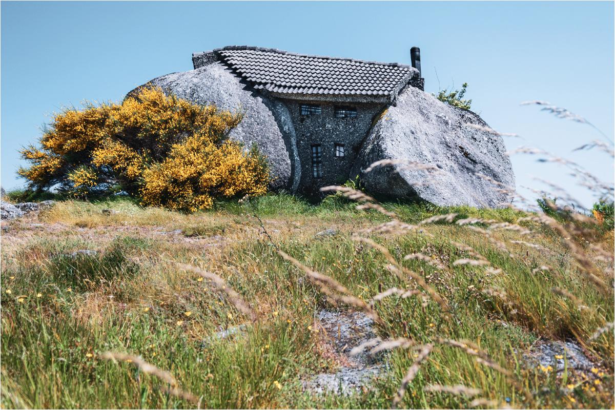 Kamienny dom w pełnej okazałości. Widoczny po lewej stronie krzak jest mniej więcej wielkości wysokiego mężczyzny
