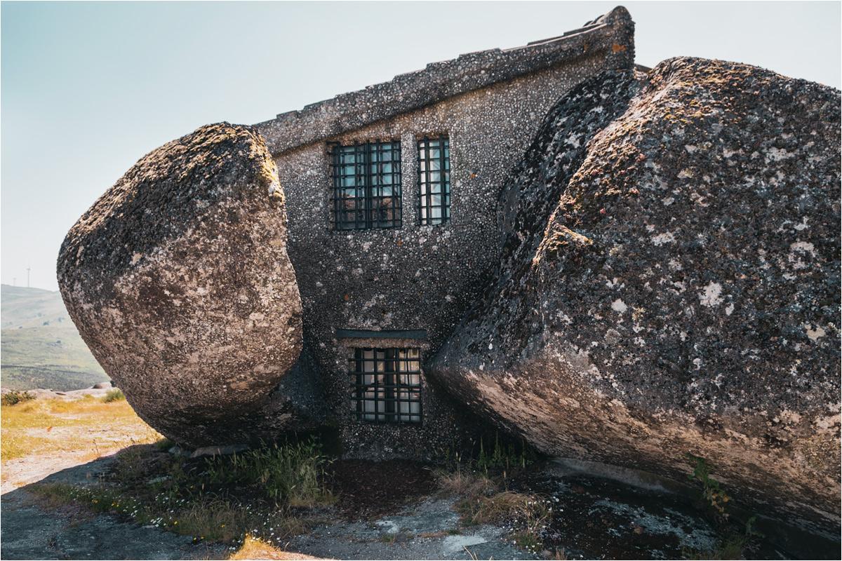Zbliżenie na wielkie głazy, stanowiące podstawę Casa do Penedo