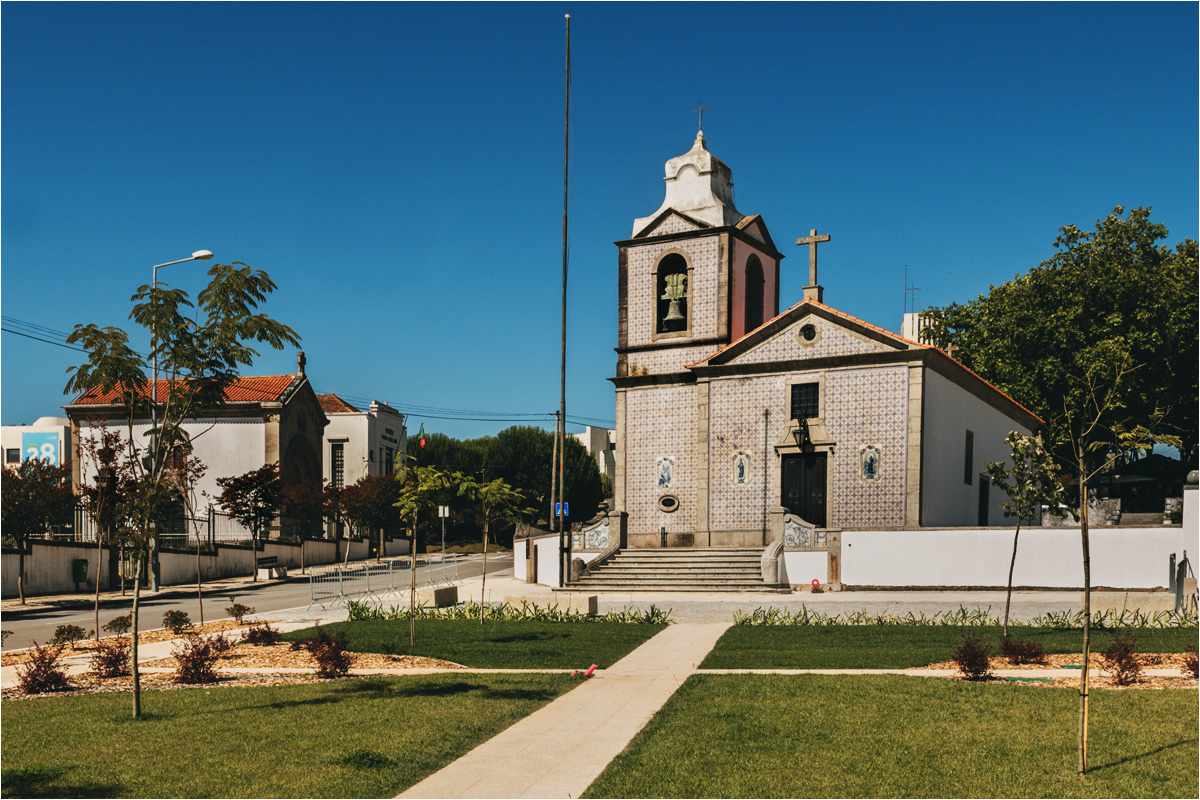 Kościół w Arcozelo, a za nim dwa budynki - mauzoleum (po lewej) oraz muzeum (po prawej)