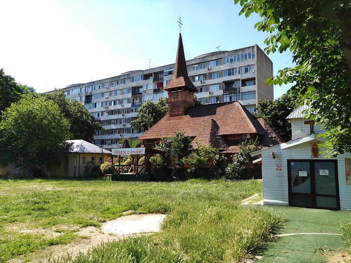 Cerkiew wciśnięta w blokowisko - przykład ciekawych, a mniej oczywistych miejsc w Bukareszcie. Fot. Agnieszka Krawczyk