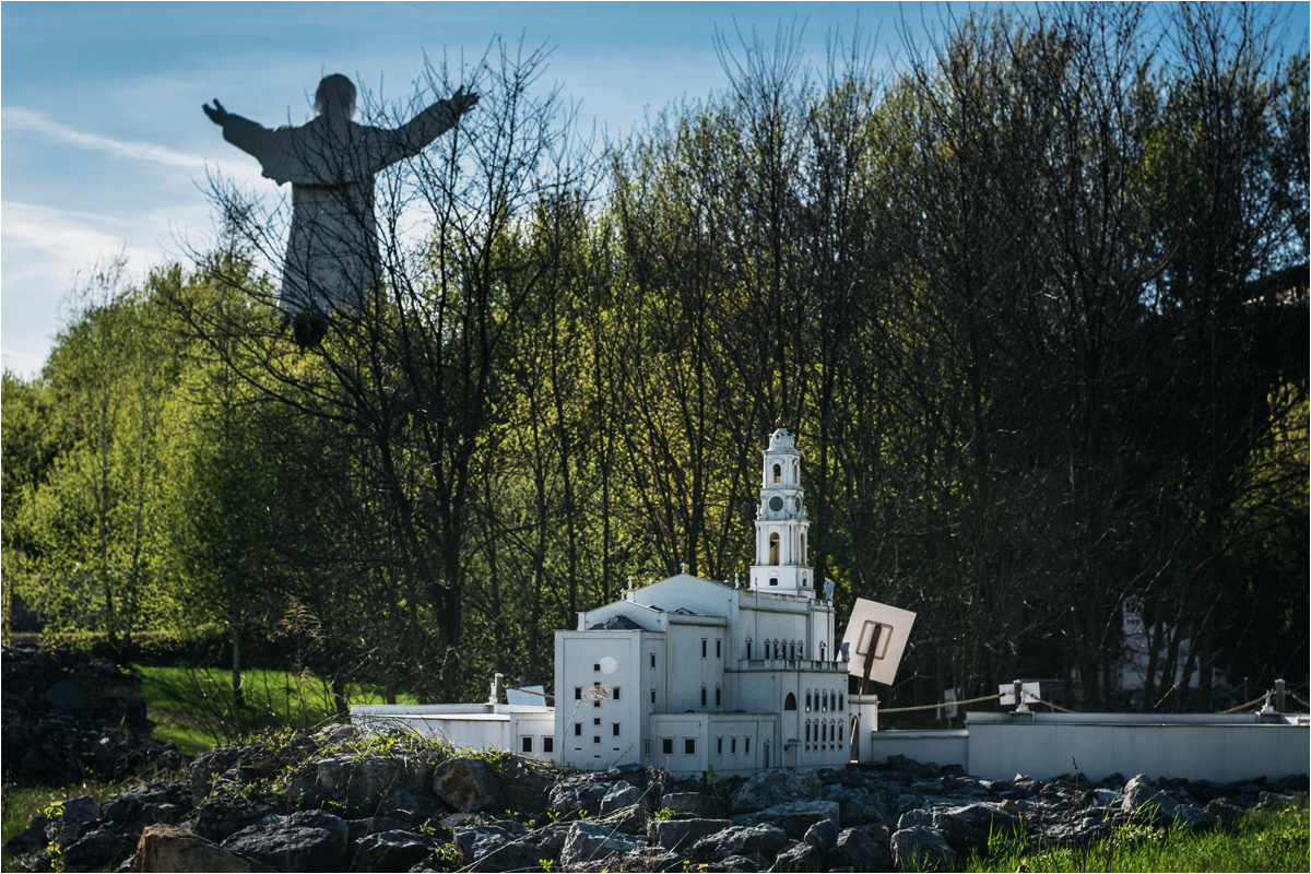 Ogromny Jan Paweł II wyrasta spośród miniatur