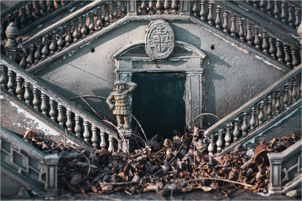 Schody katedry w Santiago de Compostela pokrywa gruba warstwa wszystkiego, co spada z okolicznych drzew