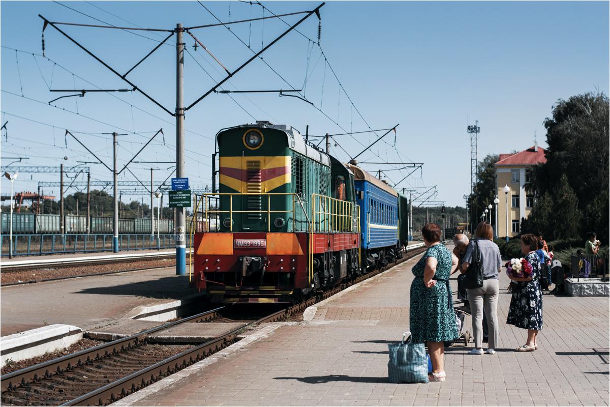 Pociąg towarowo-osobowy do Esmania podstawia się w perony stacji Chutor Michałowski