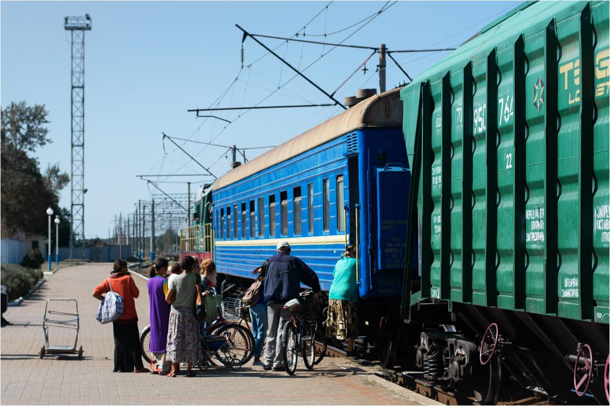 Pasażerowie wsiadają do wagonu pasażerskiego. Liczba wagonów towarowych różni się w zależności od dnia. Tym razem pojedzie tylko jeden